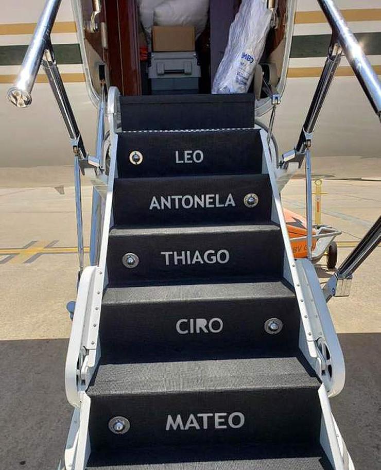 כבש העלייה למטוס עם שמות בני המשפחה