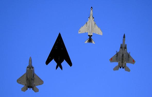 מימין: F15, פאנטום, הנייטהוק וה-F22