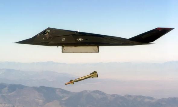F117 מטיל פצצה מונחית לייזר