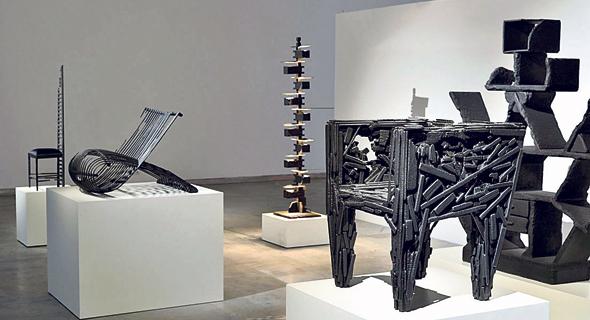 """סדרת """"smoke"""" בתערוכה, המוצגת במוזיאון העיצוב בחולון. המיצב שסימן אותו כפורץ דרך צילום: שי בן אפרים"""