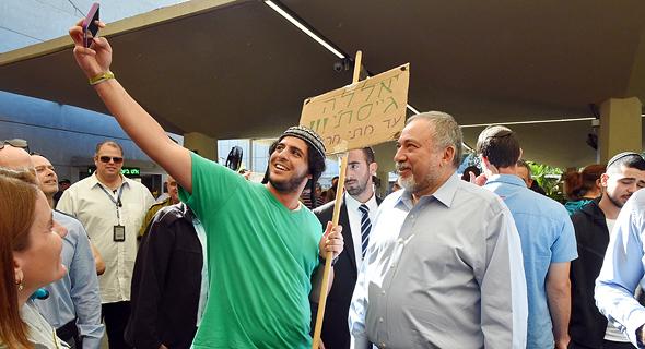 אביגדור ליברמן לשעבר שר הביטחון ב בסיס תל השומר גיוס גולני גבעתי, צילום: אריאל חרמוני משרד הביטחון
