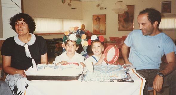 """טל (מימין) ביום ההולדת שלוש שלה וארבע של אחיה (משמאל). עם אביה ואמה, 1987. """"אני לא מערבת אותם, כדי להגן עליהם"""""""
