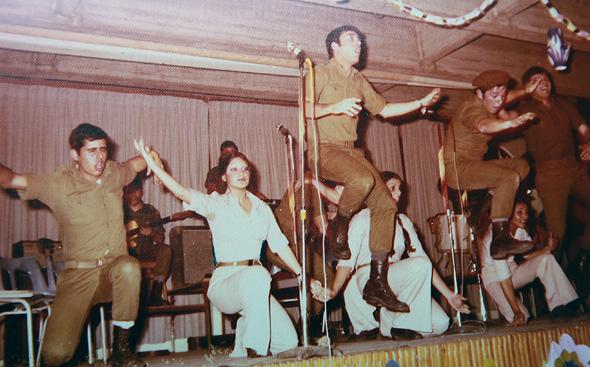 """לקנר (במרכז) בלהקת פיקוד צפון. """"רק כשדווח שאסתר חיות שירתה בלהקה צבאית, הרשיתי לעצמי לחשוף שגם אני שרתי בלהקה"""" , צילום רפרודוקציה: אוראל כהן"""