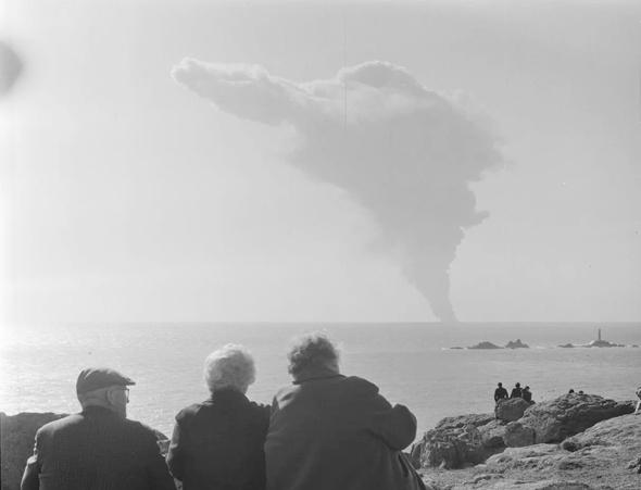 תצפית על שריפת נפט טורי קניון מאי בתעלת למאנש