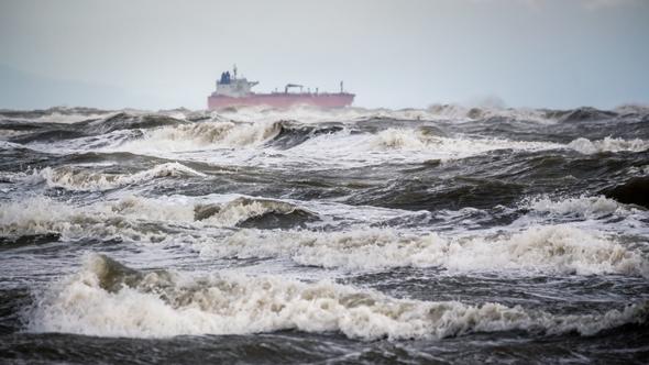 מיכלית נפט בים סוער