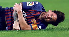 ליאו מסי על הרצפה נפצע, צילום: איי פי