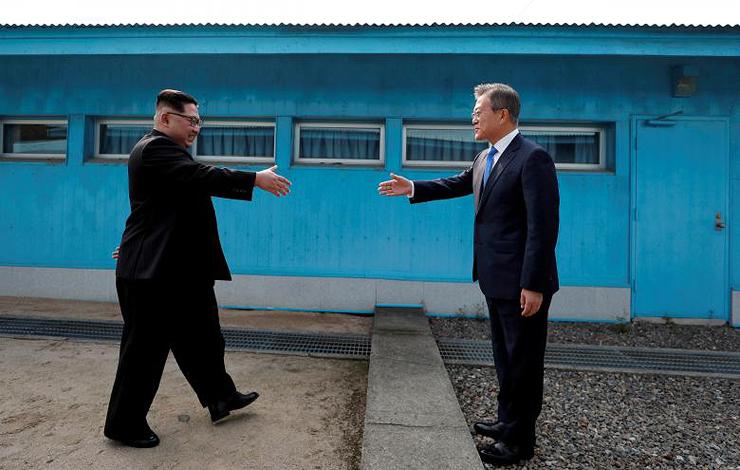 לחיצת ידיים על הגבול, צילום: רויטרס