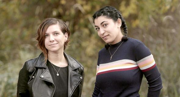 מימין: המשוררת איאת אבו שמייס והעיתונאית ז'נאן בסול
