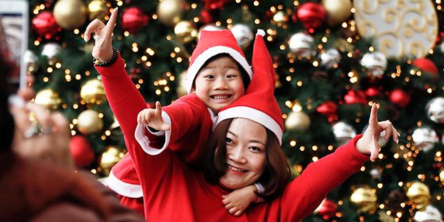 תפוחים בצלופן וסנטה קלאוס עם סקסופון: הסינים ממציאים מחדש את חג המולד