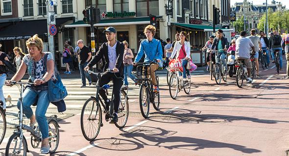 רוכבי אופניים באמסטרדם , צילום: בלומברג