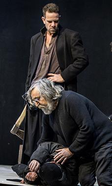 """אריה (באמצע) על הסט. """"תיאטרון הוא אורגניזם חי"""", צילום: ויקטוריה שוב"""
