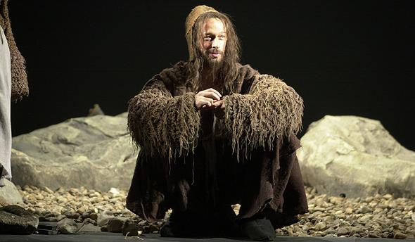 סשה דמידוב בתפקיד העבד בהפקה מ-2002