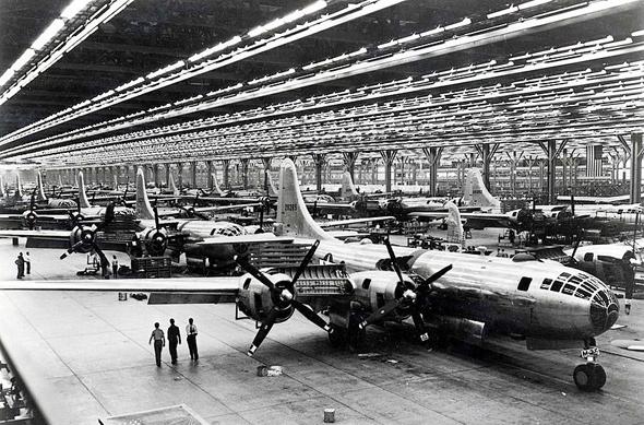 """פס ייצור של מטוסי B29 בארה""""ב, צילום: (USAF (wikimedia"""