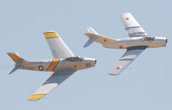 מטוס F86 סייבר מאחורי מיג 15