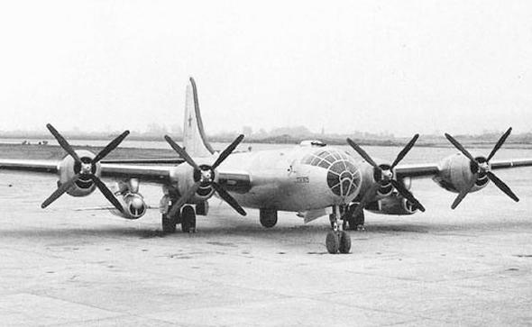 מטוס הטופולב Tu4, כשתחת כנפו טילי שיוט, צילום: militaryfactory