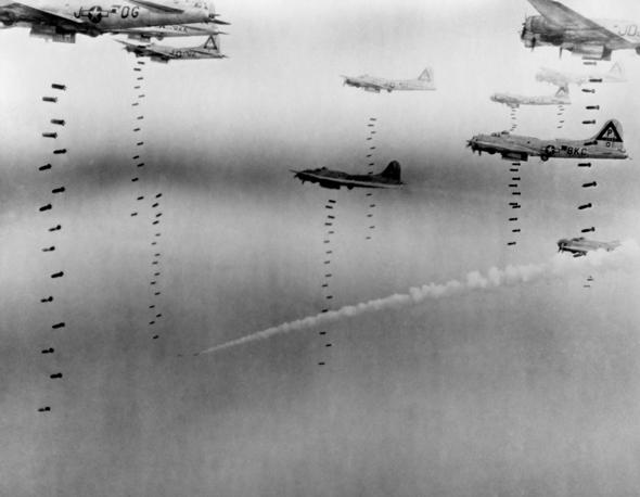 מטוסי B17 משחררים את מטען הפצצות שלהם