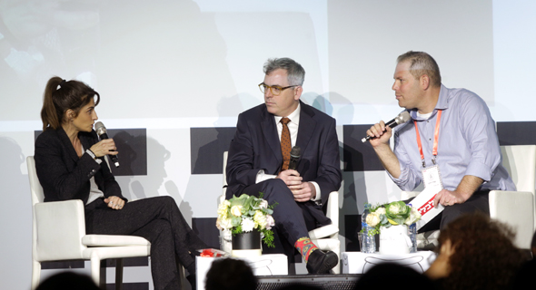 משמאל: אילנית שרף, אורי גרינפלד בשיחה עם עמיר קורץ
