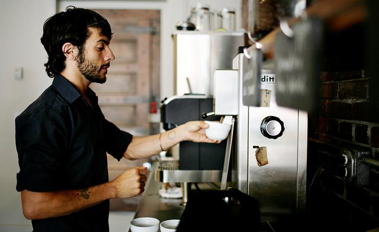 """בריסטה בסתאמפטאון. """"את הקפה הכי טוב בעיר תקבל היכן שעובד הבריסטה הכי טוב בעיר"""""""
