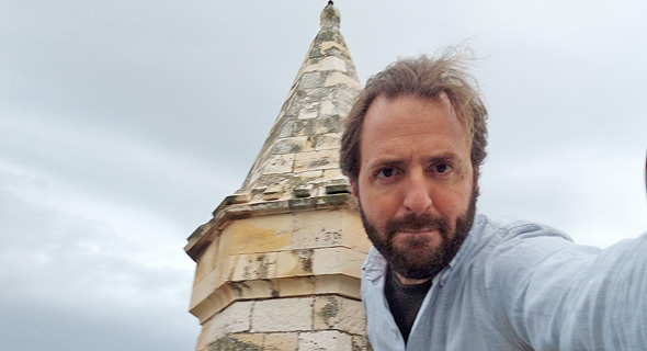אני על רקע צריח הקתדרלה האנגליקנית סיינט ג׳ורג׳ במזרח ירושלים. הג'ורג' הלא נכון