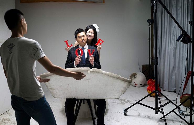 מצטלמים בסטודיו לפני החתונה. אין להם תקציב לצאת מגבולות סין לצילומים