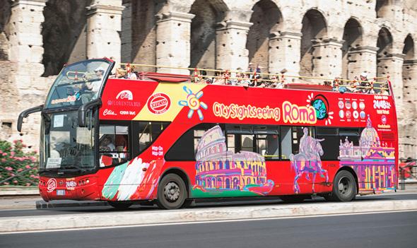 אוטובוס תיירים ליד הקולוסיאום, צילום: גטי אימג
