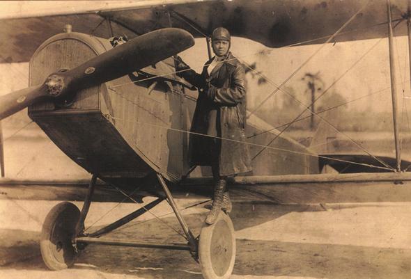 בסי קולמן בחליפת הטיסה שלה, צילום: USAF