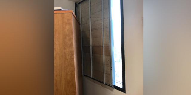 """סכנת חיים בבניין קריית הממשלה בת""""א: חלון צנח לקרקע"""