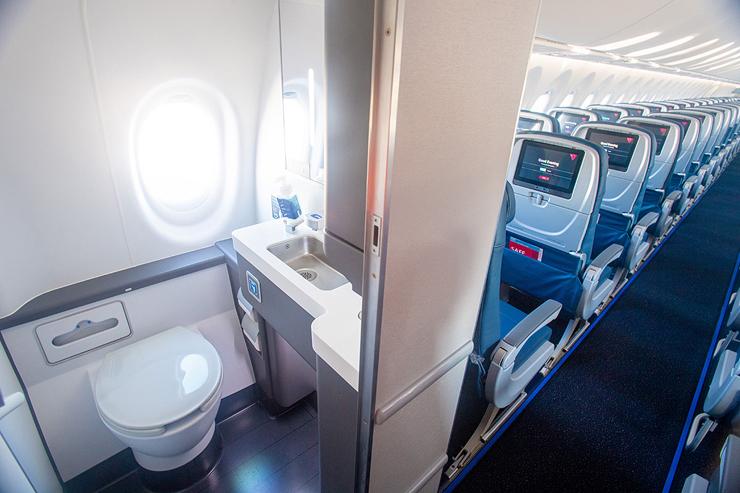 המושבים שליד השירותים, צילום: Delta air lines
