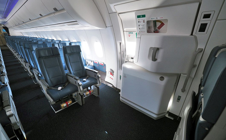 המושב שליד היציאה , צילום: delta airlines