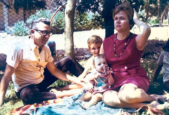 1970. אורנה הוזמן בכור בת החצי שנה עם הוריה אסתר ומשה ואחיה חיים (6), מעוז אביב