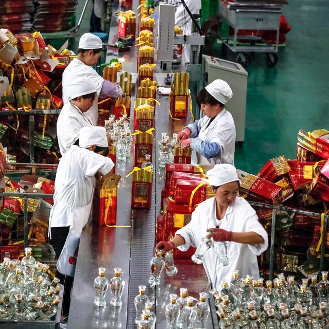 מוסף שבועי 10.1.19 משקה סיני מפעל באיג'יו של היצרנית Qinyang במחוז שאאנשי ב סין בספטמבר, צילום: אי פי איי