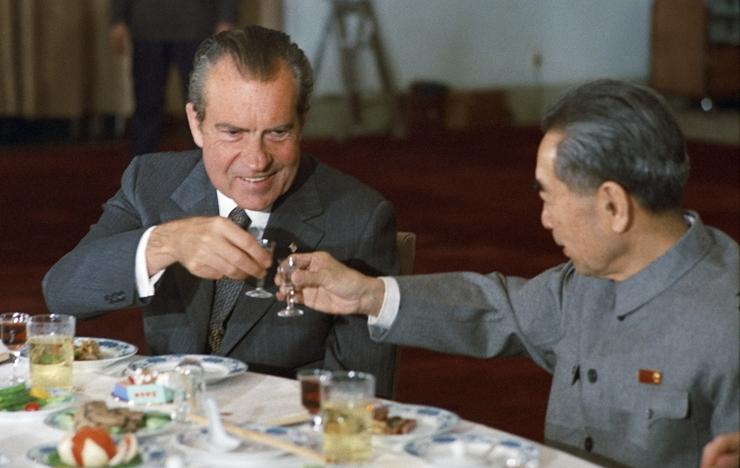 """נשיא ארה""""ב ניקסון וראש ממשלת סין אנלאי משיקים כוסות באיג"""