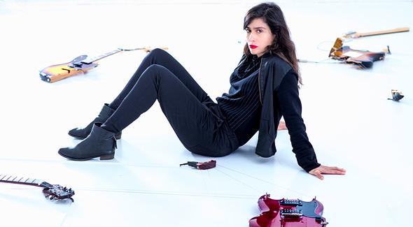 """צבר והגיטרות שיצרה, המוצגות בתערוכה במרכז לאמנות עכשווית (CCA) בתל אביב. """"ברגע שמוסיפים לאמנות סאונד, היא מתרחבת"""""""