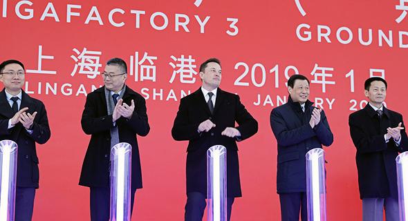 מייסד טסלה אלון מאסק (שלישי משמאל) בהשקת המפעל בשנגחאי