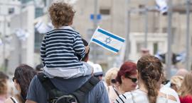 ילד דגל ישראל אנשים, צילום: שאטרסטוק