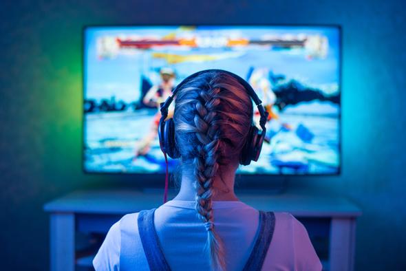 גיימרית משחקת בקונסולה נייחת, צילום: שאטרסטוק