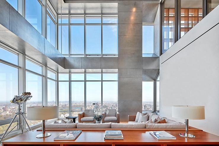הפנטהאוז כולל סלון גדול עם חלונות לאורך כל הקירות