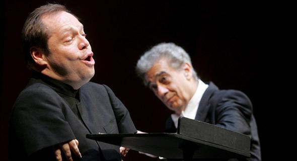 """קווסטהוף (משמאל) לצד הזמר פלסידו דומינגו. """"קשה יותר להיות אדם טוב ממוזיקאי טוב"""", צילום: EPA"""