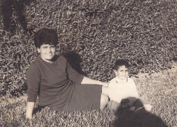 1969. צורי דבוש בן ה־3 עם אמו פנינה, בחצר הבית באשקלון