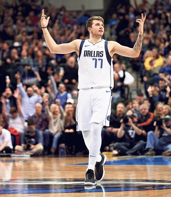 לוקה דונציץ במדי דאלאס. השילוב של כדורסל מחשמל ומחוות מרגשות שבה את לב האמריקאים , צילום: איי פי