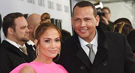 הזמרת והשחקנית ג'ניפר לופז ובעלה שחקן הבייסבול אלכס רודריגז, צילום: איי פי