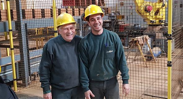סולומון שייניס (משמאל). 30% מהעובדים חצו את גיל 60