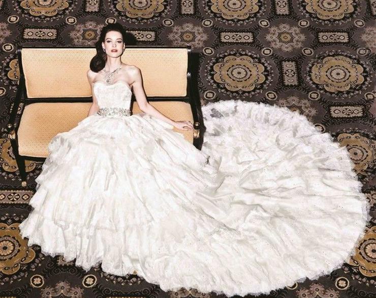 שמלת חתונה בעיצוב יומי קטסורה. מעוטרת באלף פנינים