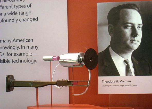 הלייזר הראשון של האוורד מיימן, מוצג במוזיאון המדע בוושינגטון