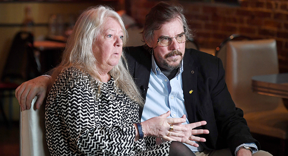 """יוקה ואינגריד ואל. ההורים כתבו ספר על הצד שלהם בפרשה. במקביל מעבד טוביאס לינדהולם (""""ניצוד"""") את הסיפור לסדרה, צילום: איי אף פי"""