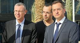 רונן מרדכי גרין עם שר התיירות  (משמאל) ועורך הדין חגי אדורם (מימין)
