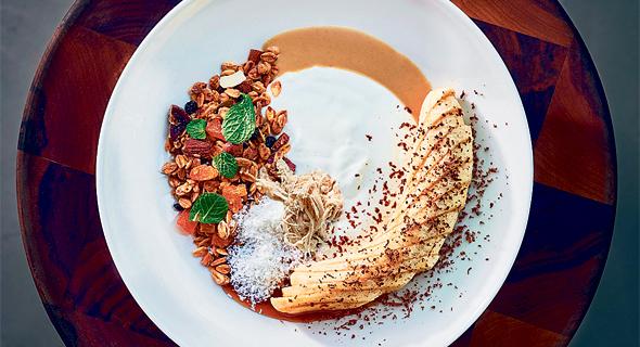 גרנולה, בננה וחלבה , צילום: אנטולי מיכאלו