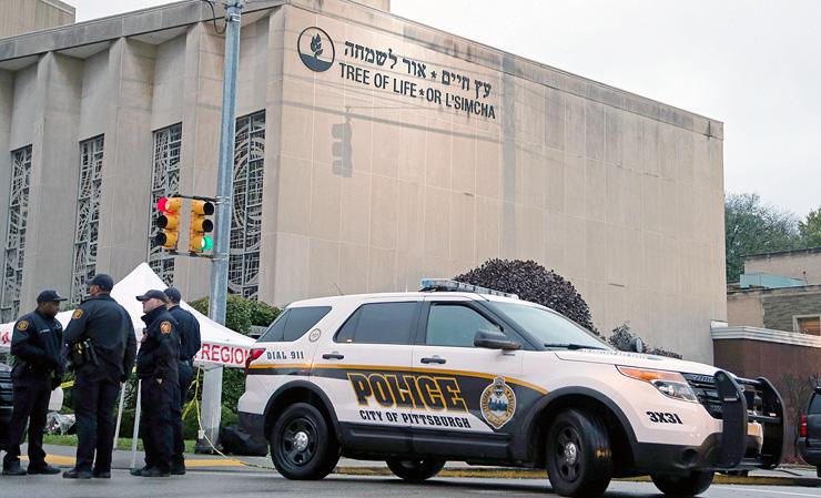 זירת הפיגוע בבית הכנסת בפיטסבורג, באוקטובר. הרוצח הושפע מסרטונים קיצוניים ביוטיוב