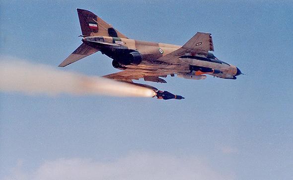 מטוס פאנטום איראני משגר טיל מונחה לייזר