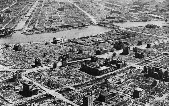 העיר טוקיו לאחר הפצצת טרור במלחמת העולם השנייה. שימו לב: זה היה פרבר שוקק, ונותרו ממנו מבנים בודדים